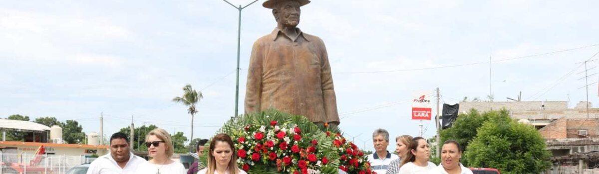 Colocan Ofrenda Floral, al pie del Monumento Don Antonio Toledo Corro.