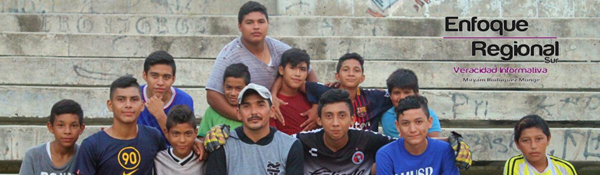 Recibe Antonio Cruz balón para continuar entrenando a sus equipos.