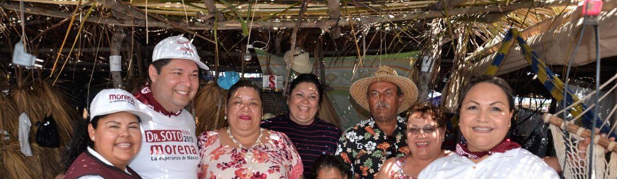 Dr. Emmett  Soto Grave saluda a cientos de familias que disfrutaron  de la Fiesta del Mar de las Cabras.