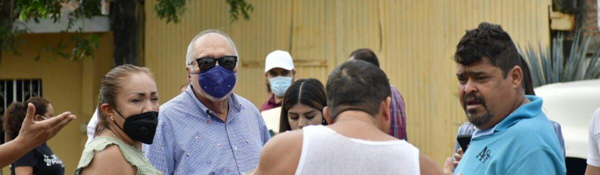 EL ALCALDE DE MAZATLÁN ENTREGA DESPENSAS Y ENSERES DOMÉSTICOS A PERSONAS QUE SUFRIERON AFECTACIONES POR EL HURACÁN.